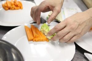 皿に切った野菜盛り付けはじめ